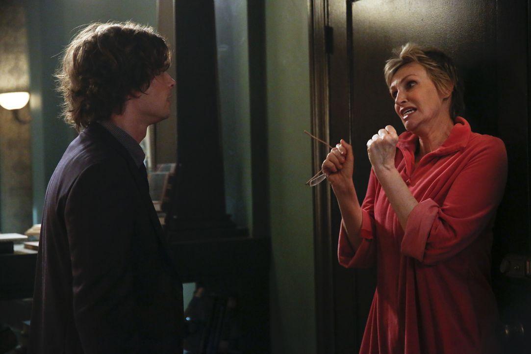 Während das BAU-Team einen neuen Fall lösen muss, trifft Reid (Matthew Gray Gubler, l.) eine Entscheidung bezüglich seiner Mutter Diana (Jane Lynch,... - Bildquelle: Cliff Lipson 2016 ABC Studios. All rights reserved. / Cliff Lipson