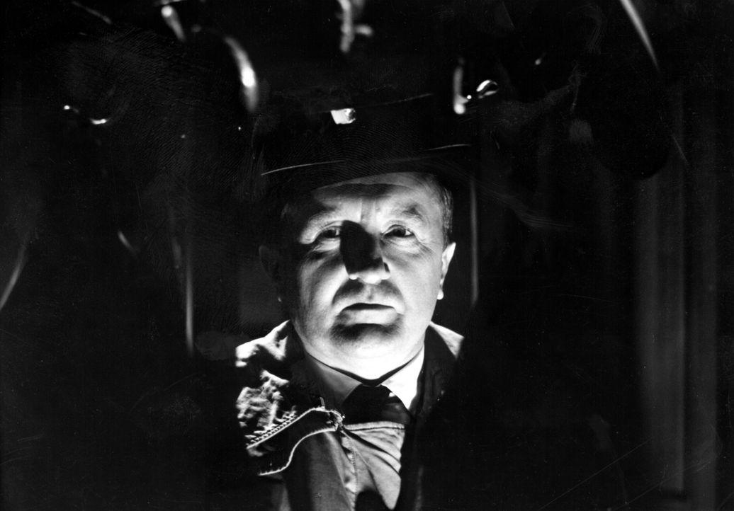 Allmählich legt sich die Schlinge um den Hals des Verdächtigen - für Inspektor Bourke (Siegfried Lowitz) ist die Lösung des Falles zum Greifen nah .... - Bildquelle: Tobis Film