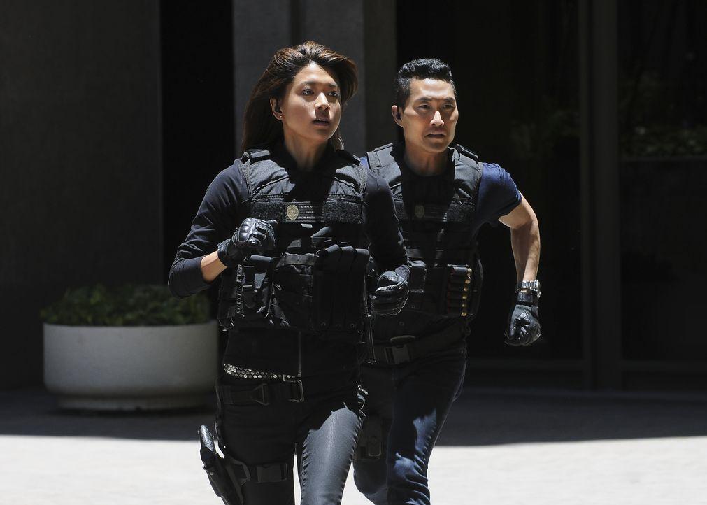 Sind dem Täter dicht auf den Fersen: Kono (Grace Park, l.) und Chin (Daniel Dae Kim, r.) ... - Bildquelle: Norman Shapiro 2016 CBS Broadcasting, Inc. All Rights Reserved / Norman Shapiro