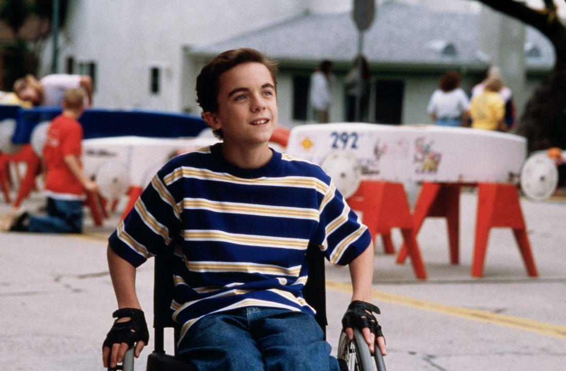 Täglich hämmert Justin (Frankie Muniz) an seinem Fahrzeug. Rückschläge steckt er bravourös weg ... - Bildquelle: Disney