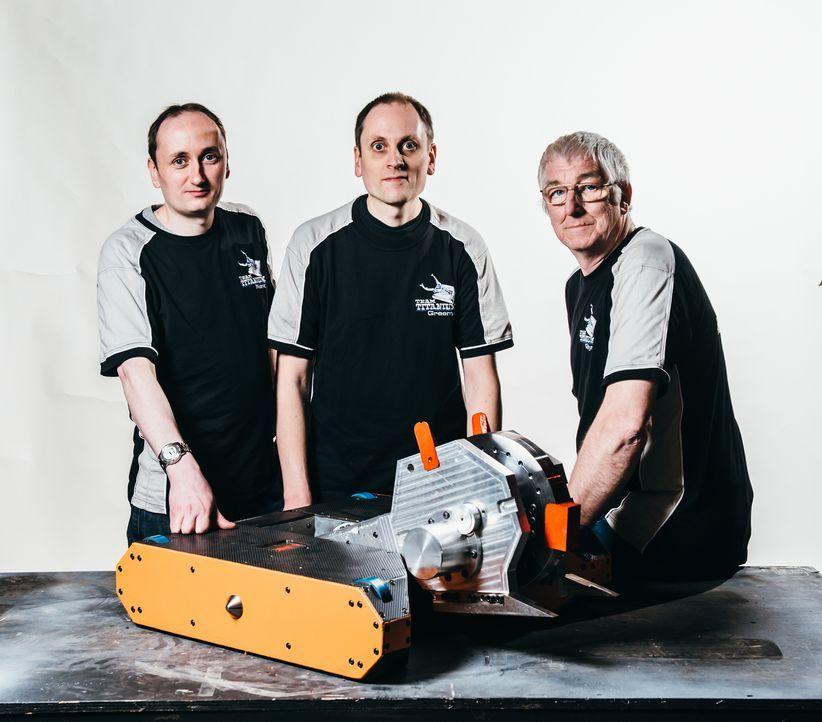 """Hoffen auf den Sieg bei """"Robot Wars"""": Das Team Big Nipper und ihr selbst gebauter Roboter ... - Bildquelle: Andrew Rae"""
