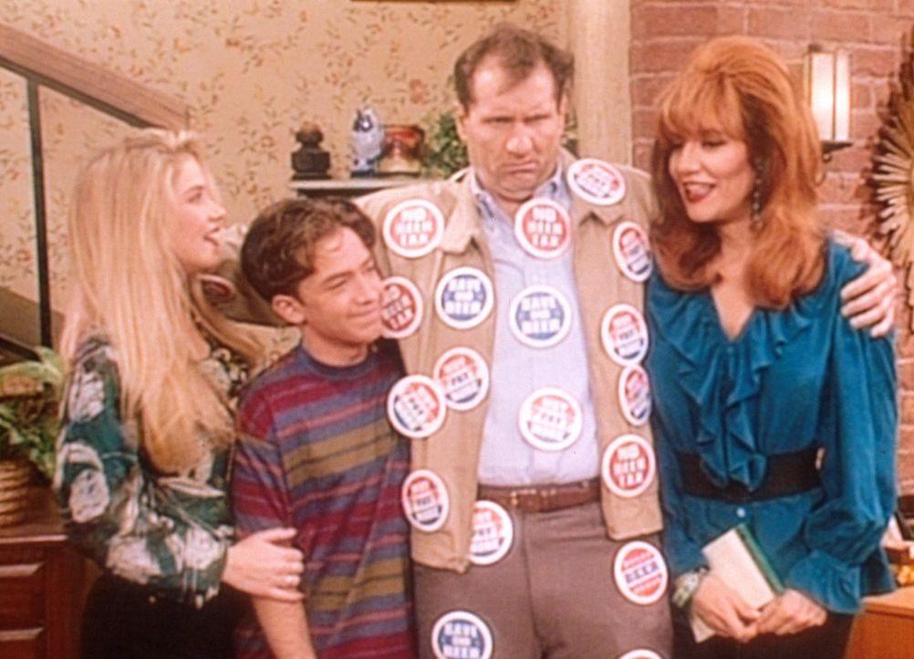 Al (Ed O'Neill, 2.v.r.) schwört Peggy (Katey Sagal, r.), Bud (David Faustino, 2.v.l.) und Kelly (Christina Applegate, l.) auf seine politische Lini... - Bildquelle: Columbia Pictures
