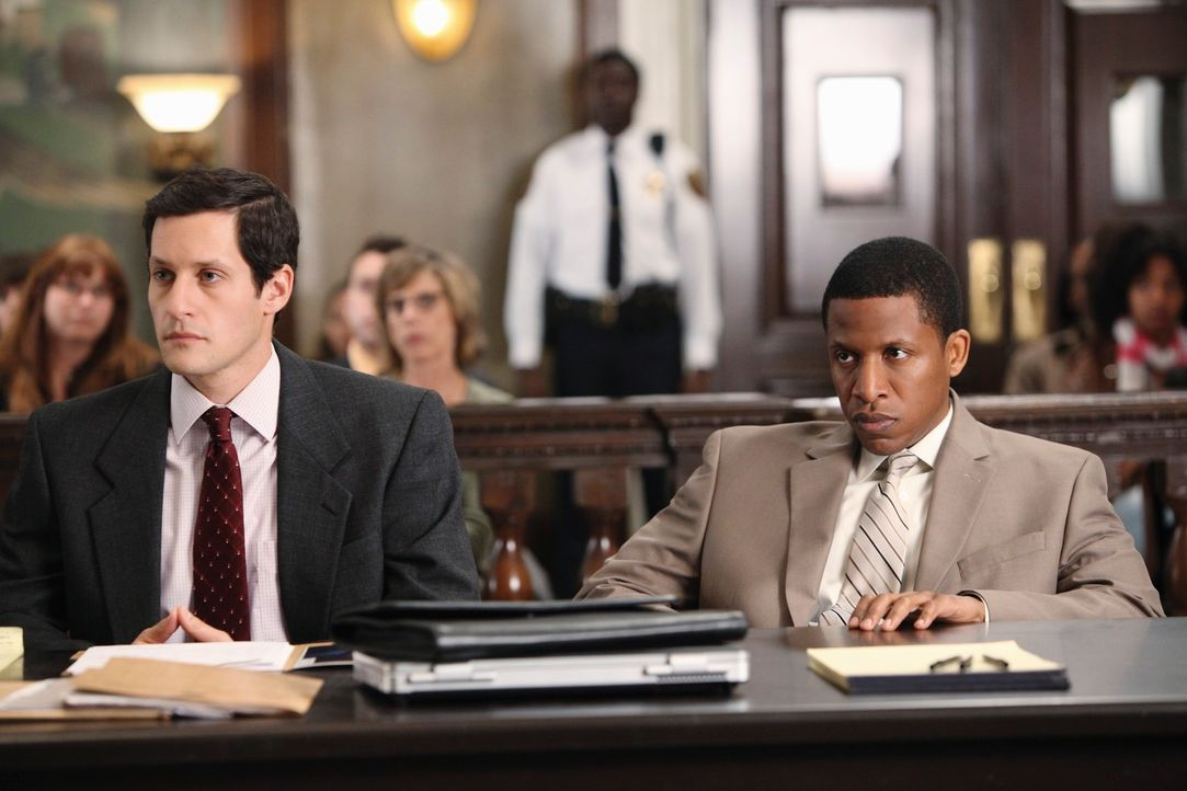 Anwalt Nick Keller (Jeremy Glazer, l.) vertritt den wegen Mordes angeklagten Otis Williams (Ray Stoney, r.) vor Gericht. - Bildquelle: ABC Studios