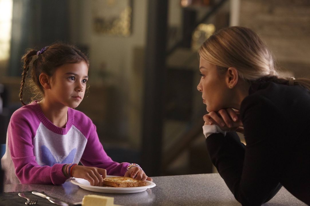 Ein Mordfall bringt Chloe (Lauren German, r.) dazu, Trixie (Scarlett Estevez, l.) von ihrem Vater zu erzählen. Unterdessen stattet Maze Linda einen... - Bildquelle: 2016 Warner Brothers