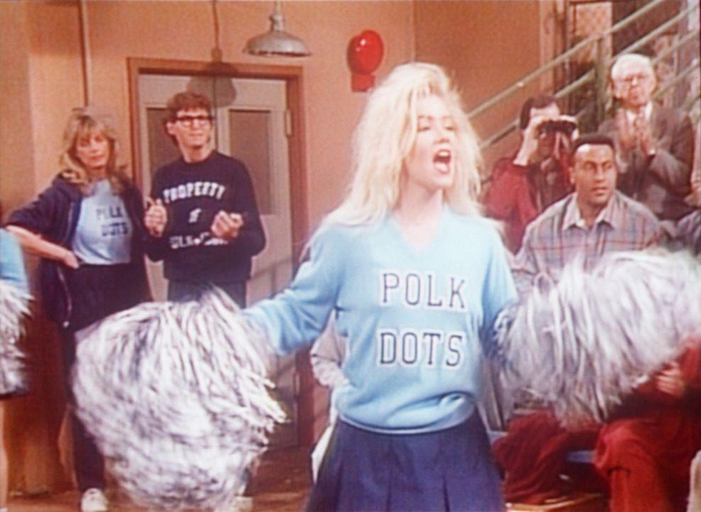 Um ihrem angebeteten Matt zu gefallen, heuert Kelly (Christina Applegate, vorne) ihn als Cheerleader an. - Bildquelle: Columbia Pictures