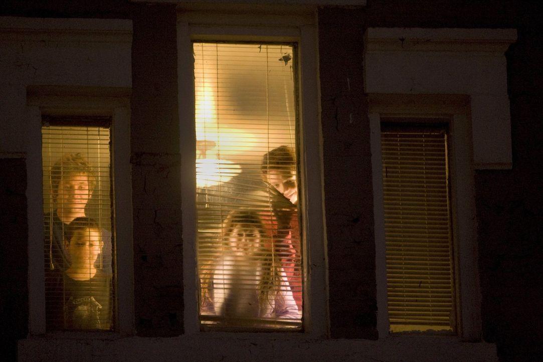 Sind noch misstrauisch, weil sie Steve nicht kennen: Lip (Jeremy Allen White, hinten, l.), Carl (Ethan Cutkosky, vorne, l.), Debbie (Emma Kenney, vo... - Bildquelle: 2010 Warner Brothers