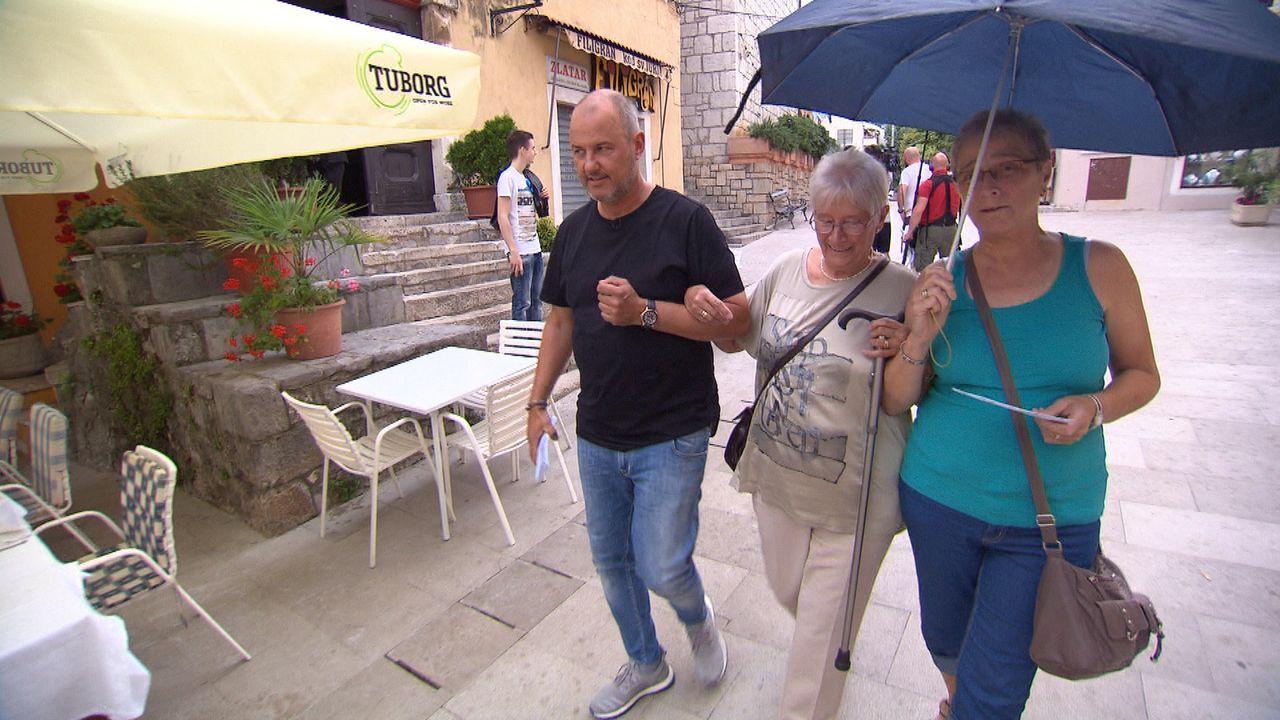 """Sternekoch Frank Rosin (l.) muss bei der Rettung des """"Konoba Marun"""" in Kroatien ungewohnte Wege gehen ... - Bildquelle: kabel eins"""