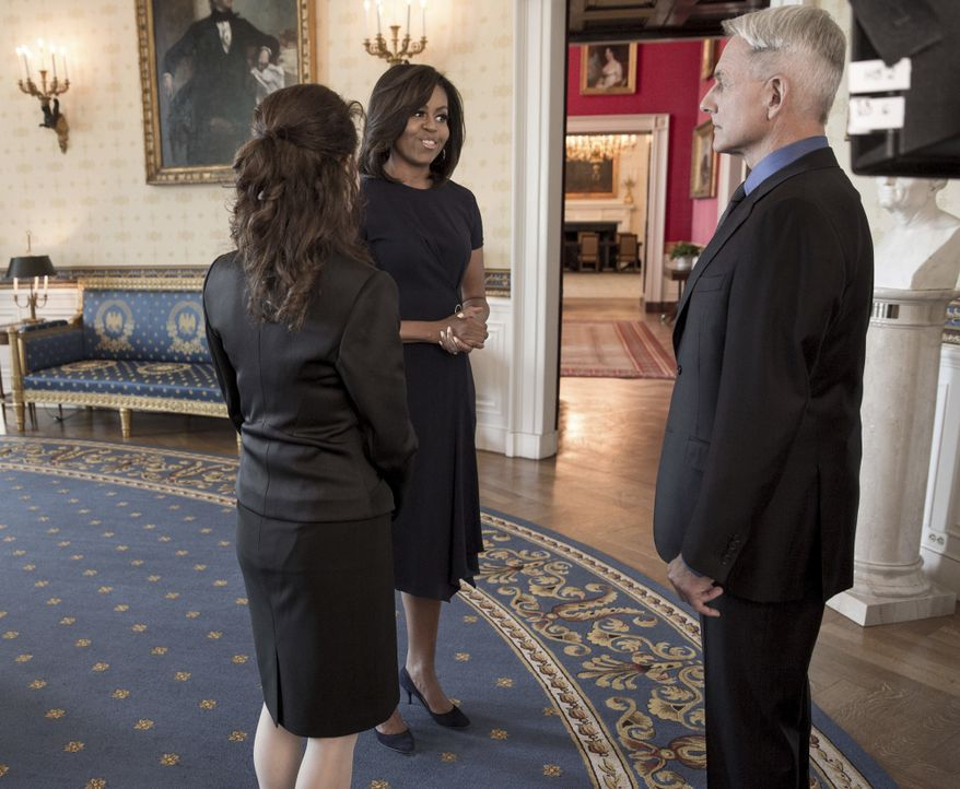 Ein ganz besonderer Moment: Gibbs (Mark Harmon, r.) und Mrs. Marshall (Reiko Aylesworth, l.) treffen auf First Lady Michelle Obama (First Lady Miche... - Bildquelle: Jackson Lawrence 2016 The White House / CBS Broadcasting, Inc. All Rights Reserved / Jackson Lawrence