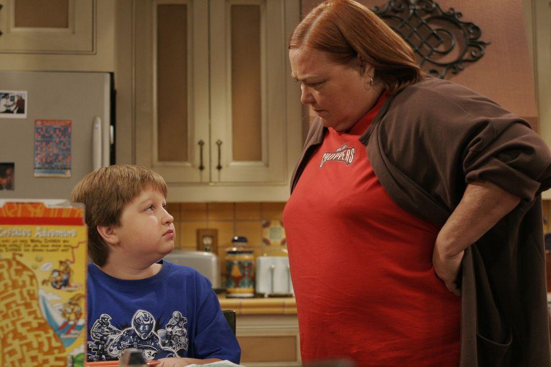Berta (Conchata Ferrell, r.) stellt Jake (Angus T. Jones, l.) zur Rede, nachdem er vom Unterricht suspendiert wurde ... - Bildquelle: Warner Brothers Entertainment Inc.