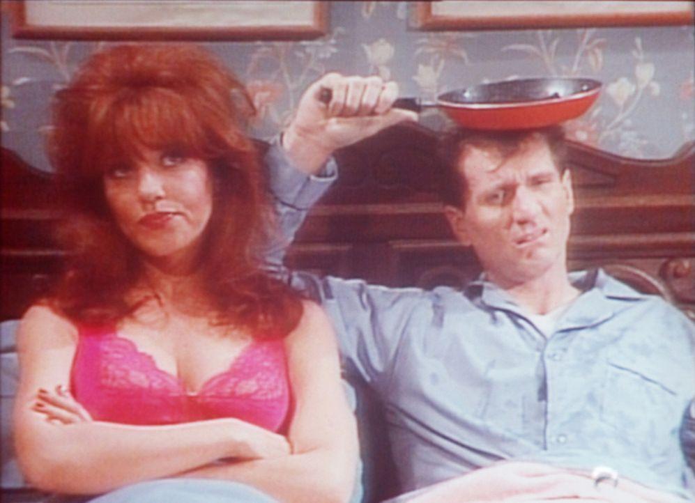 Peggy (Katey Sagal, l.) und Al (Ed O'Neill, r.) sind schlecht gelaunt: Es regnet durch ihr Dach. - Bildquelle: Columbia Pictures