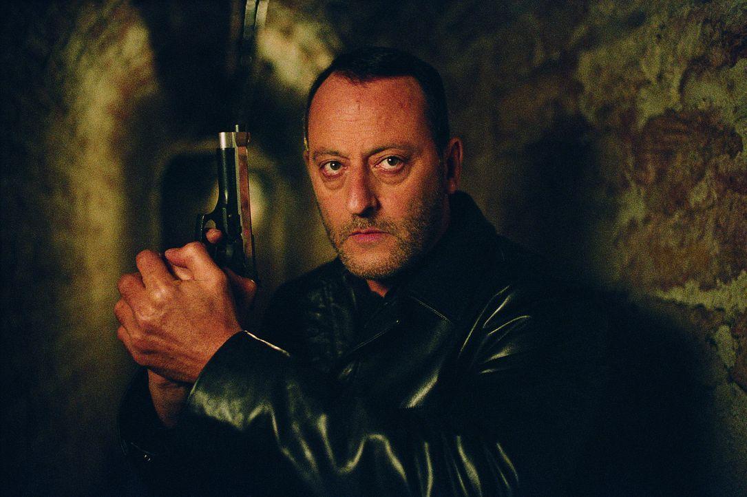 Kaum hat Kommissar Niemans (Jean Reno) seine Ermittlungen aufgenommen, versucht der Mörder auch schon wieder, irgendeinen armen Tropf zu entleiben... - Bildquelle: Tobis Film GmbH & Co. KG