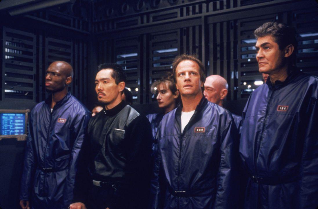 Auf einer Raumstation werden fern von der Erde die schlimmsten Verbrecher beherbergt ? unter ihnen ist auch Brennick (Christopher Lambert, 3.v.r.) ? - Bildquelle: Sony Pictures Television International. All Rights Reserved.