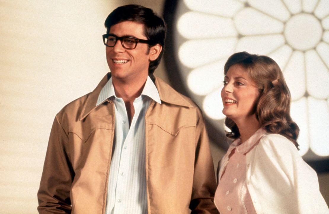 Brad Majors (Barry Bostwick, l.) und seine Verlobte Janet Weiss (Susan Sarandon, r.) wollen ihren Freund Dr. Everett Scott besuchen – noch haben sie... - Bildquelle: 1975 Houtsnede Maatschappi N.V.