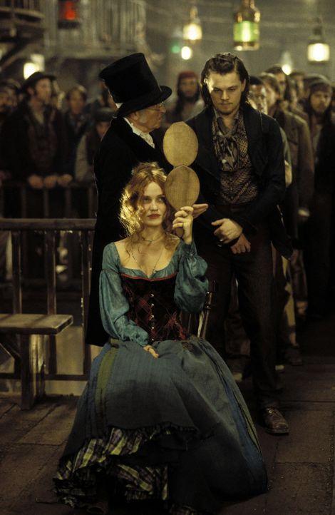 Bei einer Tanzveranstaltung wählt Jenny Everdeane (Cameron Diaz, l.) den Fremden Amsterdam Vallon (Leonardo DiCaprio, r.) als Partner - was fatale... - Bildquelle: Miramax Films