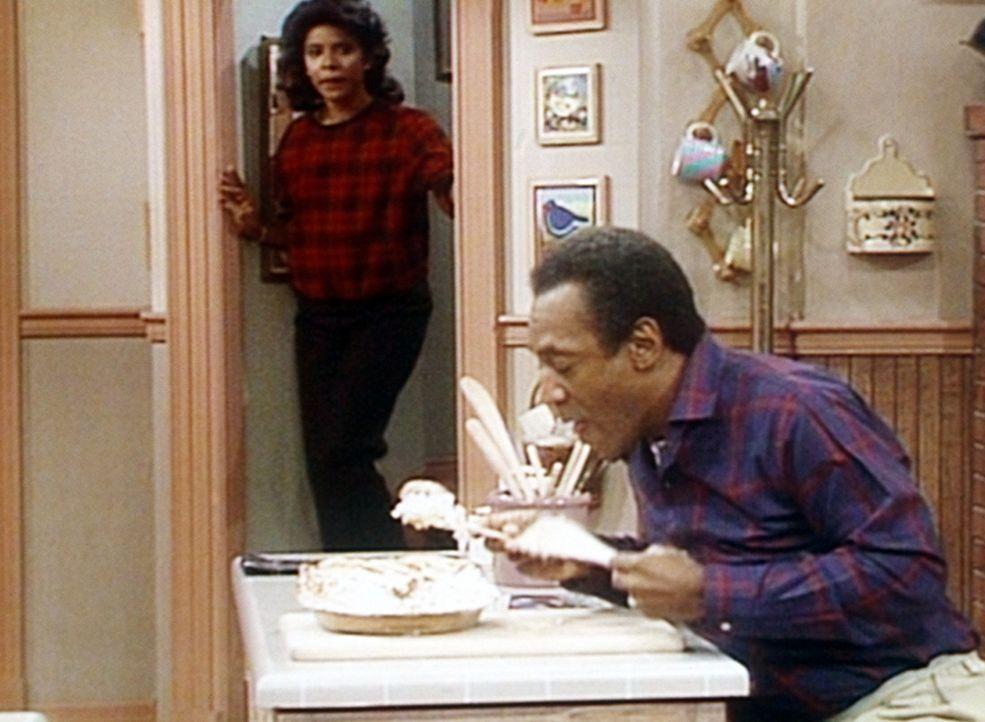 Cliff (Bill Cosby, r.) will wieder einmal vor dem Essen vom Nachtisch naschen, wird dabei aber von Clair (Phylicia Rashad, l.) erwischt. - Bildquelle: Viacom