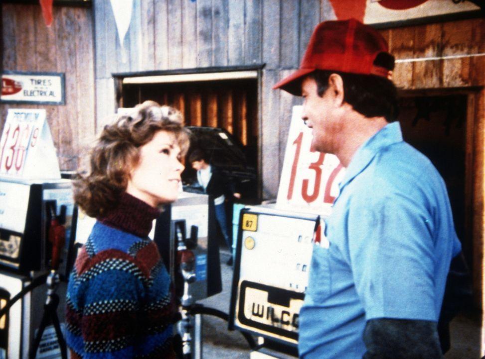 Earl (John Lawlor, r.) und Libby (Robin Dearden, l.) sind seit Jahren befreundet. Könnte nicht vielleicht mehr daraus werden? - Bildquelle: Worldvision Enterprises, Inc.