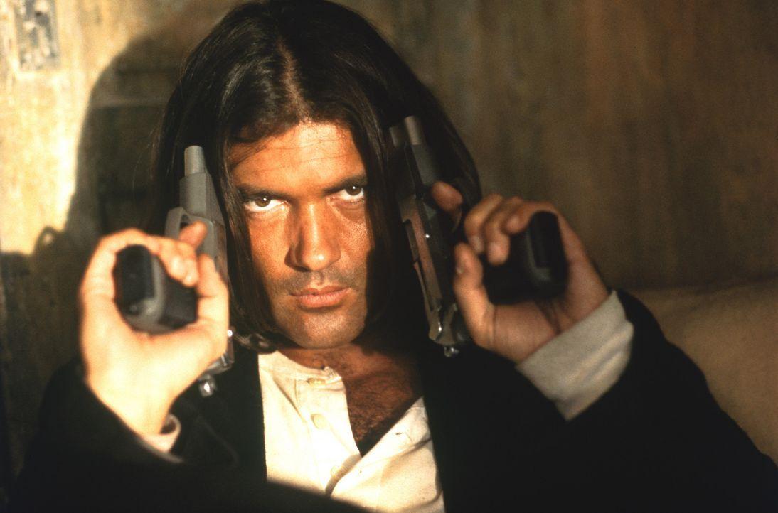 """Mit einem bis zum Rand mit Schusswaffen gefüllten Gitarrenkoffer zieht """"El Mariachi"""" (Antonio Banderas) quer durch Mexiko. Auf der Suche nach dem G... - Bildquelle: Columbia Pictures"""