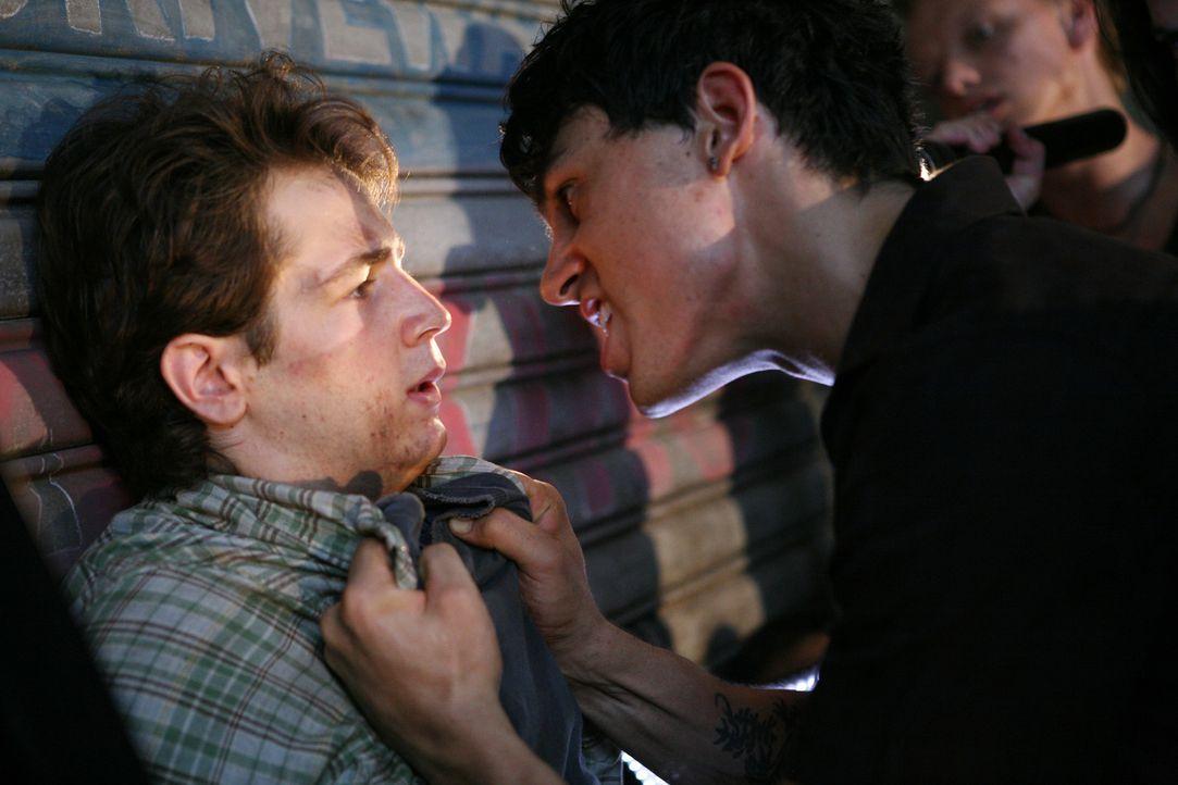 Um seine Chancen bei einem Überfall zu erhöhen, zwingt Lupo (Morgan Benoit, r.) den schwächeren Jason (Michael Angarano, l.), ihm beizustehen. Dabei... - Bildquelle: 2008 J&J Project LLC. ALL RIGHTS RESERVED.