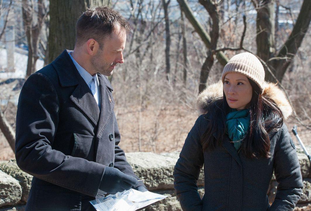 Weil Holmes' (Jonny Lee Miller, l.) Bruder Mycroft überraschend nach New York zurückgekehrt ist, kommt es zu Spannungen zwischen Holmes und Watson (... - Bildquelle: CBS Television