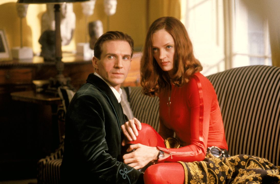 Kommen sich John Steed (Ralph Fiennes, l.) und Emma Peel (Uma Thurman, r.) auch privat näher? - Bildquelle: Warner Brothers International Television Distribution Inc.