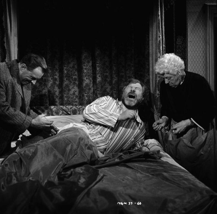 Eine schmerzliche Therapie: Dr. Quimper (Arthur Kennedy, l.) geht ganz und gar nicht zimperlich mit seinem Patienten Luther Ackenthorpe (James Rober... - Bildquelle: Warner Brothers