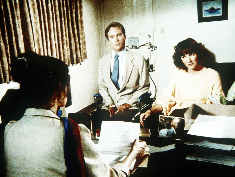 Als Scottie (James Troesh, M.) und Diane (Margie Impert, r.) den kleinen, behinderten Todd treffen, wollen sie ihn sofort adoptieren. - Bildquelle: Worldvision Enterprises, Inc.