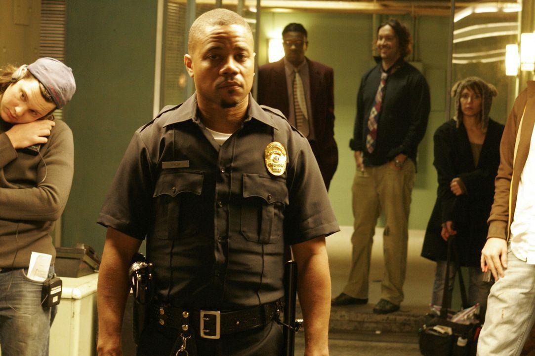 Detective Salim Adel (Cuba Gooding Jr., M.) vom LAPD hat eine etwas merkwürdige Berufsauffassung: Er kassiert regelmäßig Geschenke von der Unterwelt... - Bildquelle: Sony Pictures Television International. All Rights Reserved.