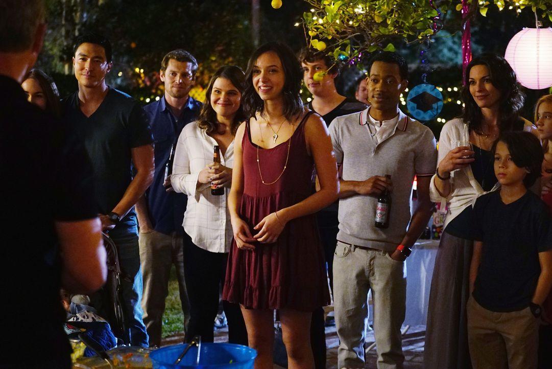 Freuen sich, dass Josie (Brittany Uomoleale, M.) bald auf das College gehen wird: Matt (Daniel Henney, 2.v.l.), Mae (Annie Funke, 4.v.l.), Monty (Ty... - Bildquelle: Sonja Flemming 2015 American Broadcasting Companies, Inc. All rights reserved.