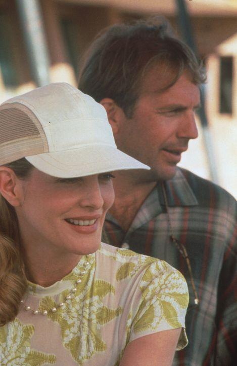 Beim Golftraining verliebt sich Roy (Kevin Costner, r.) in seine hübsche Schülerin Dr. Molly Griswold (Rene Russo, l.) ... - Bildquelle: WARNER BROS.