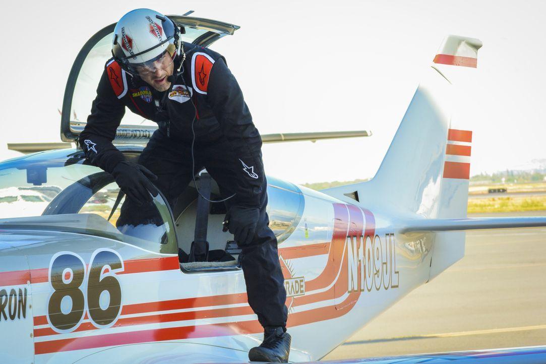 McGarrett (Alex O'Loughlin) gibt sich als Pilot aus, um der Ursache eines tödlichen Absturzes bei einer Flugshow auf den Grund zu gehen und stößt da... - Bildquelle: Norman Shapiro 2017 CBS Broadcasting Inc. All Rights Reserved. / Norman Shapiro
