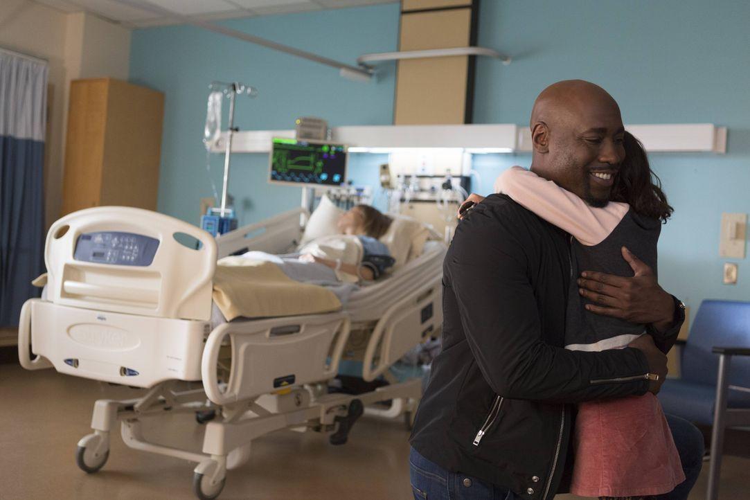 Amenadiel (D.B. Woodside, l.) macht die Bekanntschaft mit Trixie (Scarlett Estevez, r.), während Lucifer stirbt, um Chloe zu helfen ... - Bildquelle: 2016 Warner Brothers
