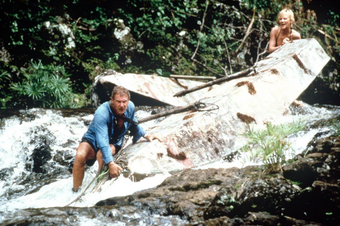 Müssen sich auf einer einsamen Insel durchschlagen - obwohl sie sich überhaupt nicht ausstehen können: Robin Monroe (Anne Heche, r.) und Quinn Ha... - Bildquelle: Touchstone Pictures