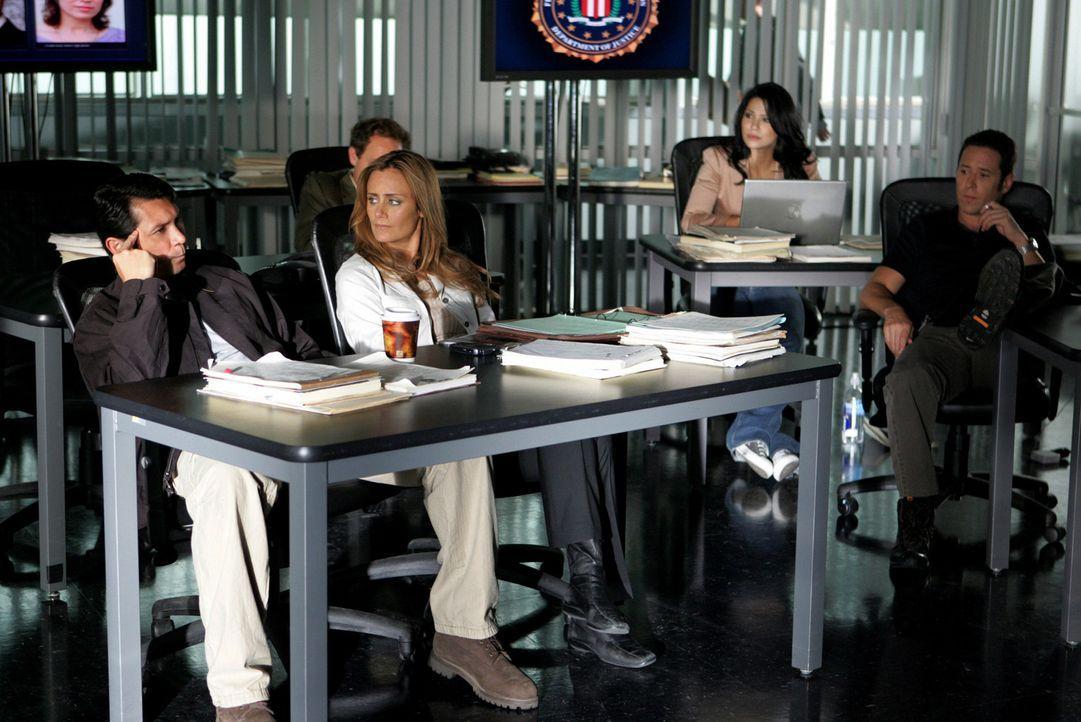 Gemeinsam versuchen Megan Reeves (Diane Farr, vorne M.), Ian Edgerton (Lou Diamond Phillips, vorne l.), Don Eppes (Rob Morrow, vorne r.), Amita Rama... - Bildquelle: CBS International Television