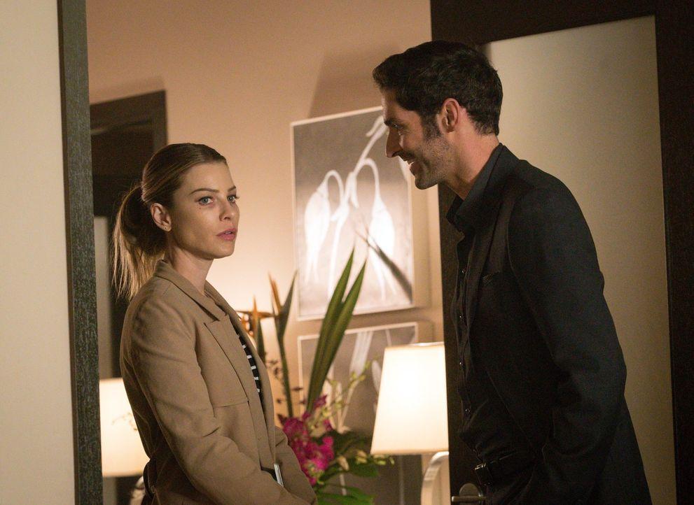 Das ungewohnte Gefühl, das Lucifer (Tom Ellis, r.) überkommt, wenn er Chloe (Lauren German, l.) mit ihrem Exmann sieht, bringen den Teufel vollkomme... - Bildquelle: 2016 Warner Brothers