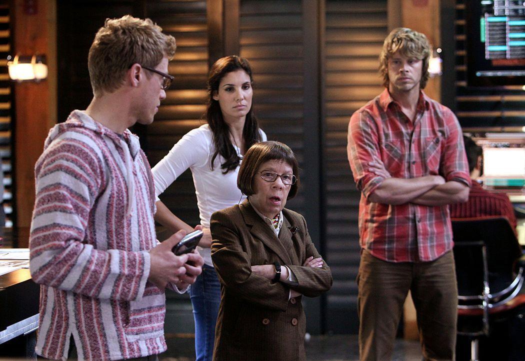 Werden von Hetty (Linda Hunt, vorne) mit einem neuen Fall beauftragt: Eric (Barrett Foa, l.), Kensi (Daniela Ruah, M.) und Deeks (Eric Christian Ols... - Bildquelle: CBS Studios Inc. All Rights Reserved.