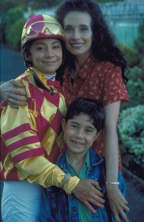 Seit dem Tode ihres Mannes versucht Sonja (Theresa Saldana, r.) alles, um zu verhindern, dass ihre Kinder Corrie (Krissy Perez, l.) und Gabby (Chris... - Bildquelle: Disney
