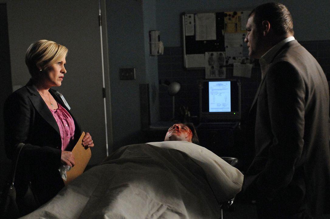 Officer Lee Scanlon (David Cubitt, r.) und Allison Dubois (Patricia Arquette, l.) sind einem Serienkiller auf der Spur. Als ausgerechnet ihr einzige... - Bildquelle: Paramount Network Television