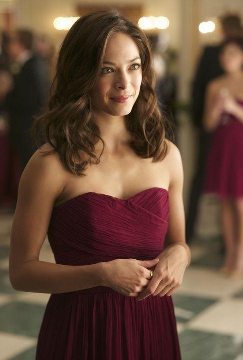 Aus ihrer Not heraus hat Catherine (Kristin Kreuk) erzählt, dass sie von einem Mann namens Vincent Zilanski zur Hochzeit ihres Vaters begleitet wird... - Bildquelle: 2012 The CW Network, LLC. All rights reserved.