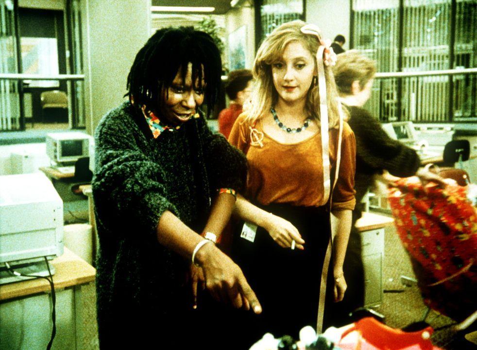 Terry (Whoopi Goldberg, l.) zeigt ihrer Kollegin Cynthia (Carol Kane, r.) den mysteriösen Hilferuf auf ihrem Bildschirm ... - Bildquelle: 20th Century Fox