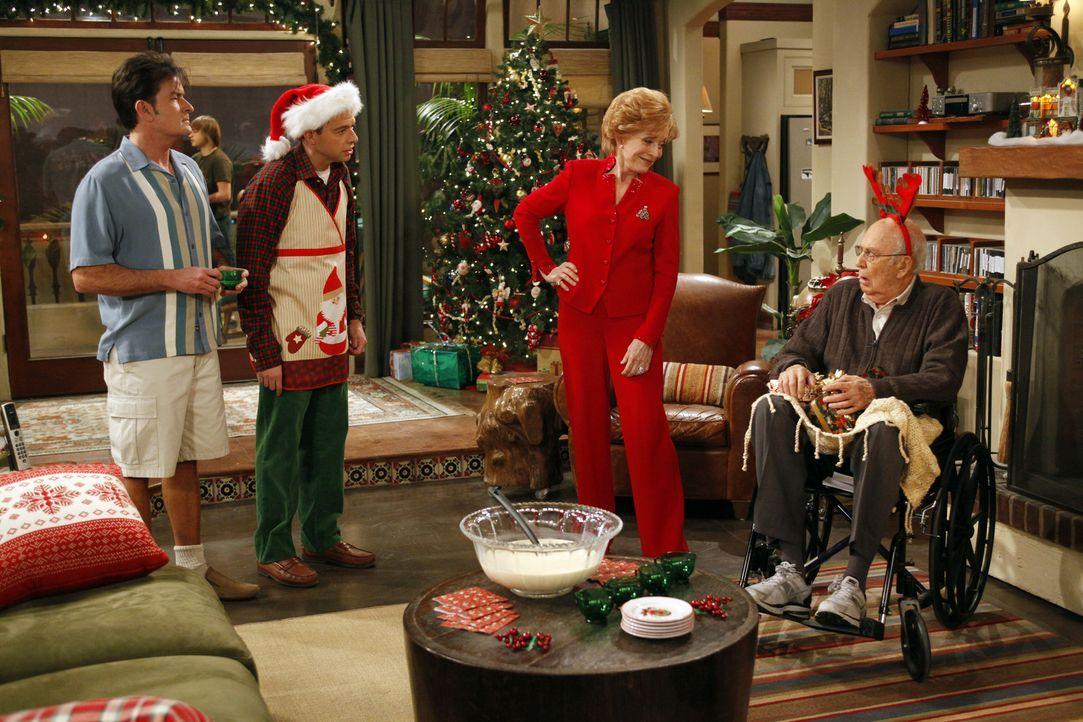 Ein Weihnachtsfest der besonderen Art: Evelyn (Holland Taylor, 2.v.r.), Marty (Carl Reiner, r.), Alan (Jon Cryer, 2.v.l.) und Charlie (Charlie Sheen... - Bildquelle: Warner Brothers