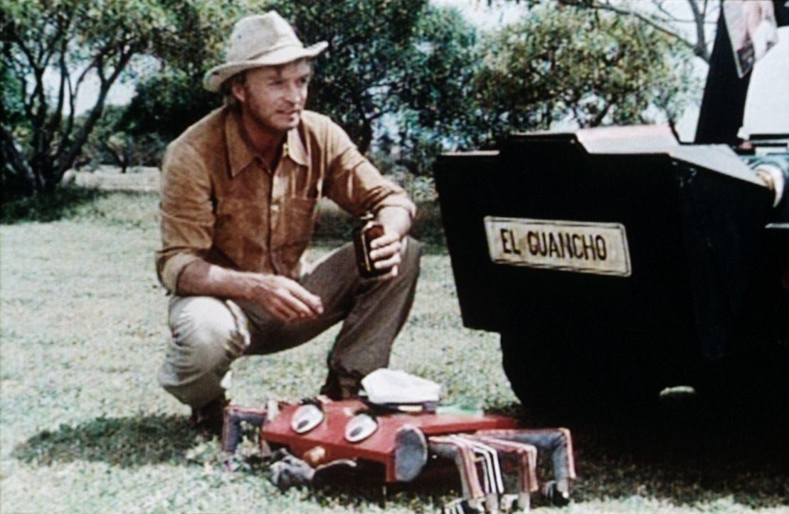 El Guancho (Rud Rittberg) betankt seine Elektro-Krabbe Picho mit Asbach Uralt ... - Bildquelle: Beta Film GmbH