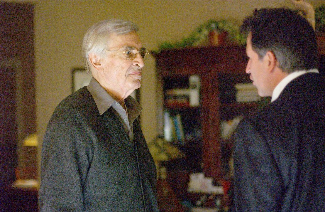 Es gibt einiges zu besprechen: Jack (Anthony LaPaglia, r.) und sein Vater Frank (Martin Landau, l.) ... - Bildquelle: Warner Bros. Entertainment Inc.