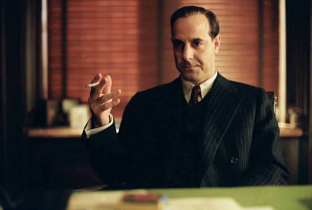 Frank Nitti (Stanley Tucci), berüchtigter Mafioso und Partner von Al Capone, gibt Michael einen entscheidenden Hinweis ... - Bildquelle: 2002 Twentieth Century Fox Film Corporation and DreamWorks L.L.C. All rights reserved.