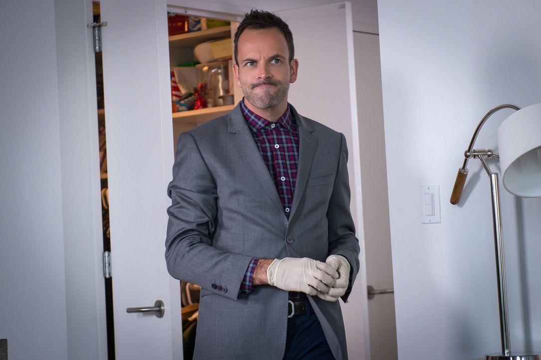 Noch steht Sherlock Holmes (Jonny Lee Miller) vor einem Rätsel ... - Bildquelle: CBS Television