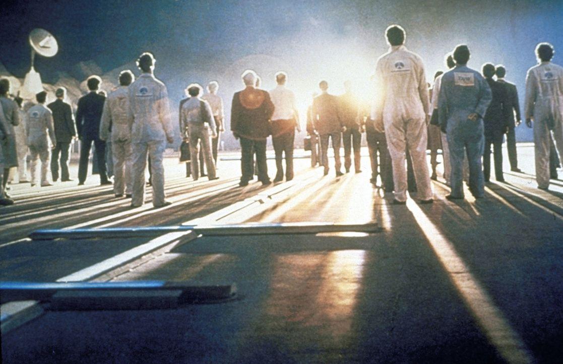 Gespannt warten die Wissenschaftler auf die Ankunft der Außerirdischen auf dem Tafelberg ... - Bildquelle: Columbia Pictures
