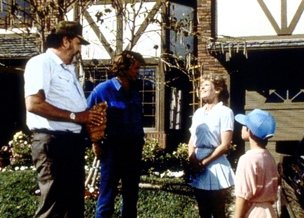 Mark (Victor French, l.) und Jonathan (Michael Landon, 2.v.l.) werden von Bobby (Gabriel Damon, r.) und seiner Mutter Penny (Janice Kent, 2.v.r.) zu... - Bildquelle: Worldvision Enterprises, Inc.