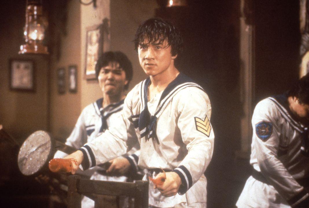 Nur ein Mann kann mit der mörderischen Piratenbande fertig werden: der Kung-Fu-Kämpfer Dragon Ma (Jackie Chan, M.) ... - Bildquelle: Splendid