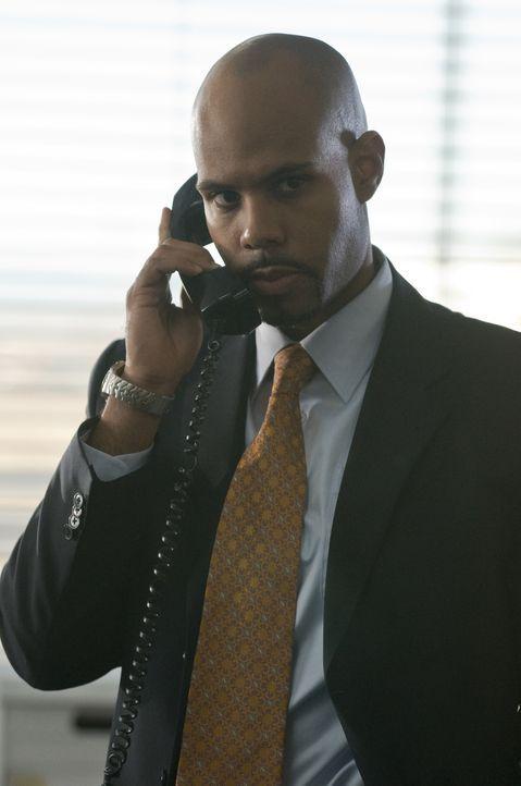 Das Verhalten von Stan ist mehr als verdächtig. Robert (Todd Williams) muss gegen einen seiner Mitarbeiter ermitteln ... - Bildquelle: USA Network