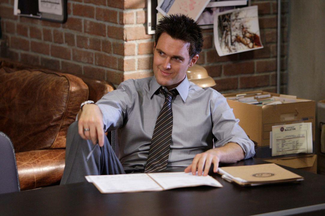 Arbeitet an einem neuen Fall: Wayne (Owain Yeoman) - Bildquelle: Warner Bros. Television