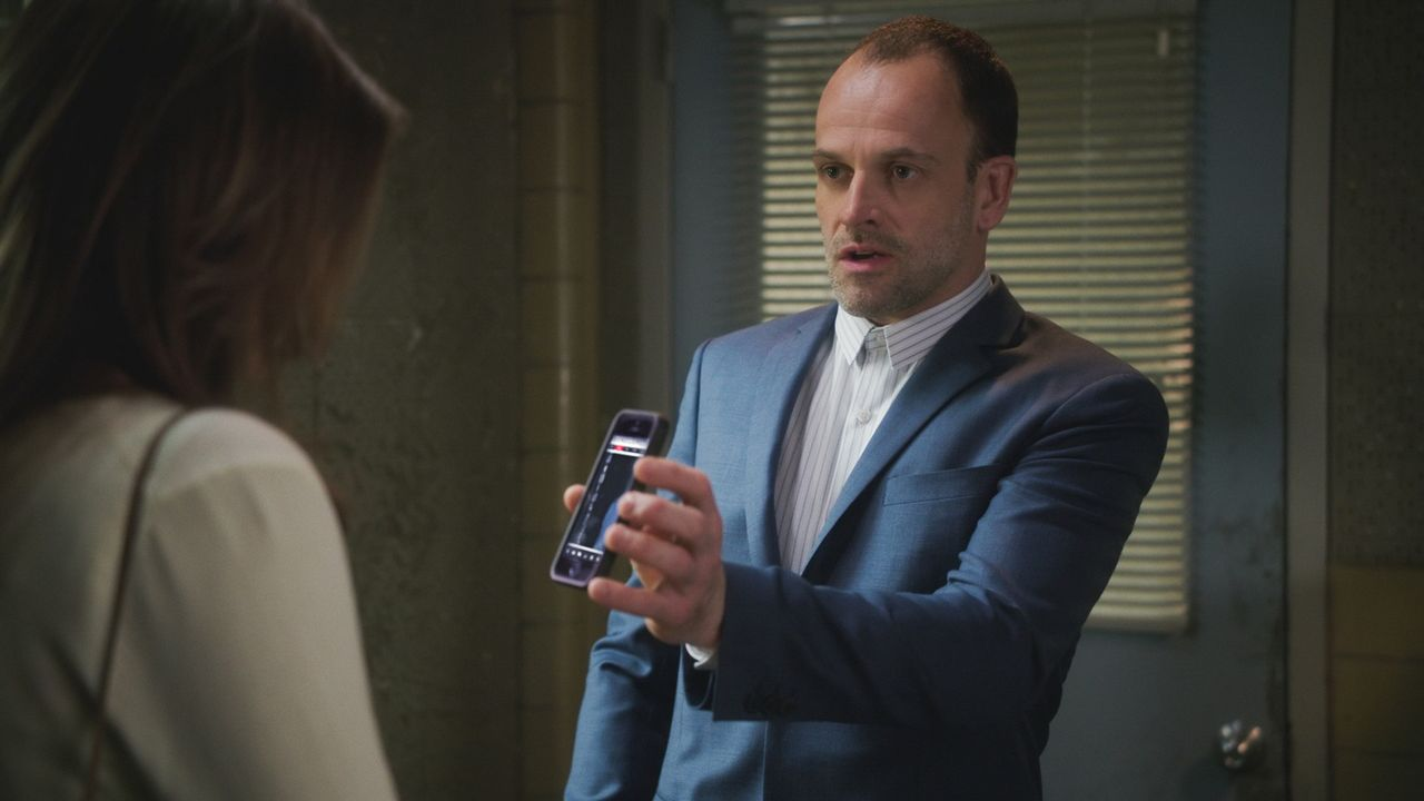 Holmes (Jonny Lee Miller) setzt alles daran, den Mordfall aufzuklären, doch es fällt ihm schwer, den richtigen Hinweis zu finden ... - Bildquelle: 2017 CBS Broadcasting, Inc. All Rights Reserved.